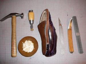Gelenken ligger løst, og festes med treplugg. Her er sko med verktøy til å feste og forme gelenk.
